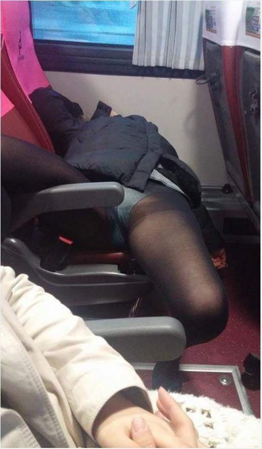 【激写】夜行バスで熟睡してしまった女子大生はこうなる