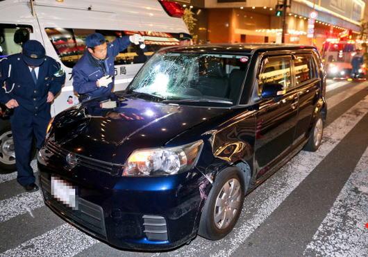 大阪梅田・阪急東通商店街の入り口付近で、信号を見落とした車が横断歩道を渡っていた歩行者に突っ込み3人がはねられる … 運転していた小松善行容疑者(63)を逮捕