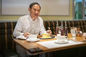 菅官房長官(70)、パンケーキを食べる姿を異例の緊急公開