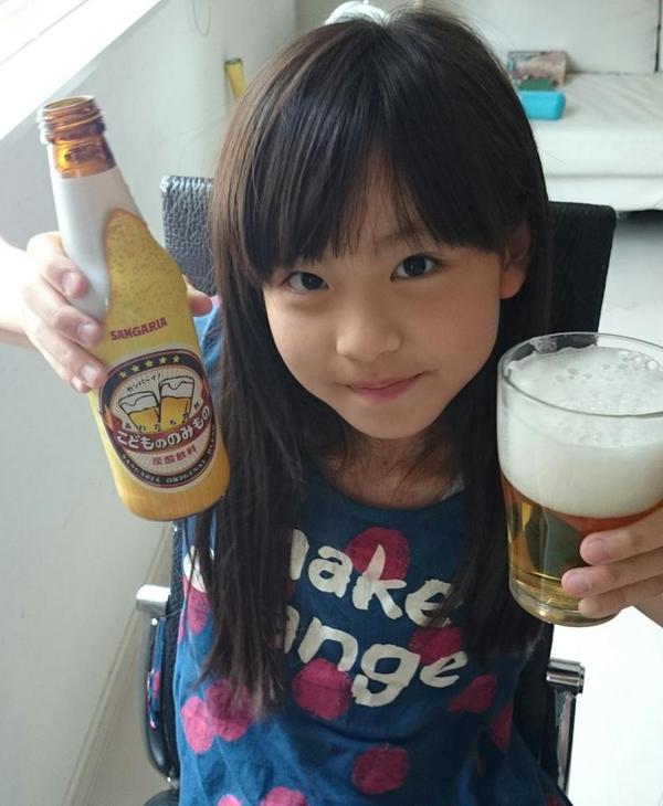 【画像】 女子小学生がビールを飲んでる衝撃写真・・・これヤバイんじゃ(※画像あり)