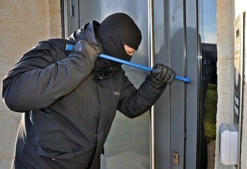 【恐怖】Twitter民さん「家に泥棒が入りました」→ 防犯カメラの映像がとんでもない…(動画あり)