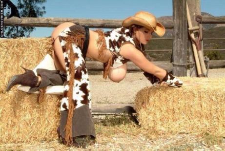【画像】牧場でおっぱいポロリした女の子、牛より出そうだと話題wwww(※画像あり)