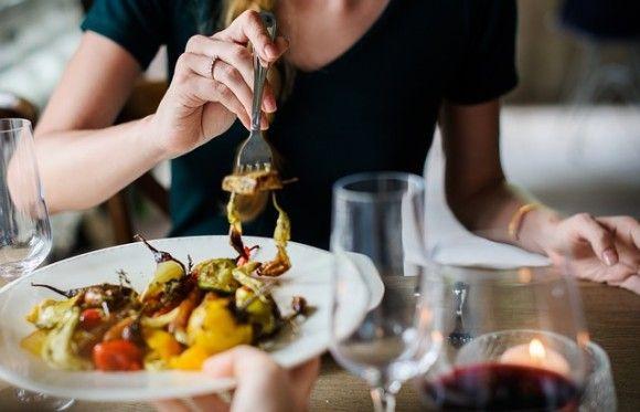 レストランで流れている音楽が注文内容に影響するという研究結果(米研究)