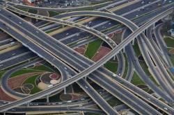 高速道路支えてる地面からいっぱい生えてるT字の奴って大丈夫なの?