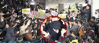 【激震・朴政権】出頭の崔氏、取材陣らに取り囲まれ嗚咽「死んで償うほどの罪を犯した」