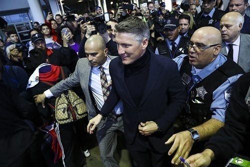 シュバインシュタイガー、米国入りにファン殺到!空港で「バスティアン!」連呼しシカゴサポは熱狂の歓迎