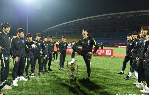 韓国U18代表、中国大会の優勝カップを踏み付け謝罪…優勝剥奪処分に(関連まとめ)
