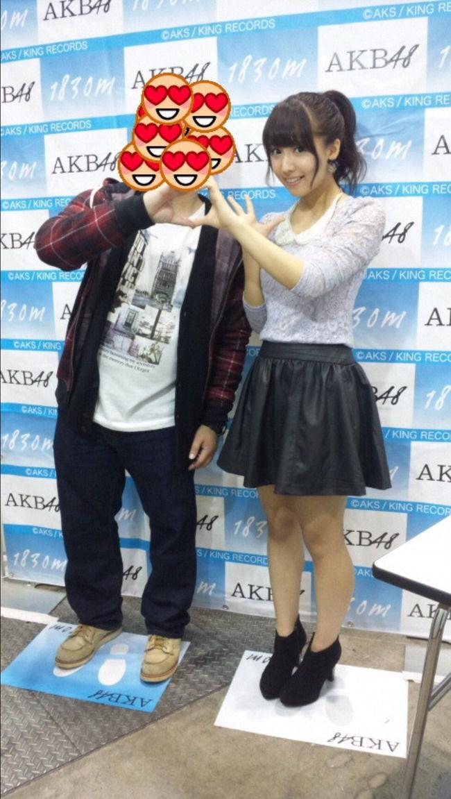 【朗報】元AKB三上悠亜さん、握手会でファンと密着