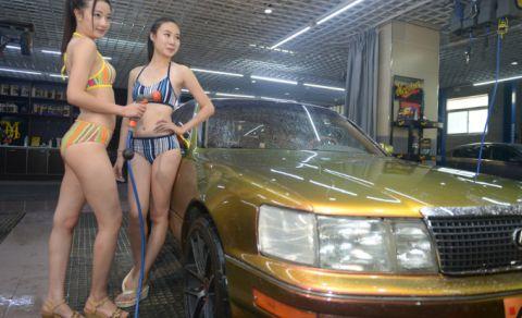 ビキニ洗車するお姉さん、やらかす・・・