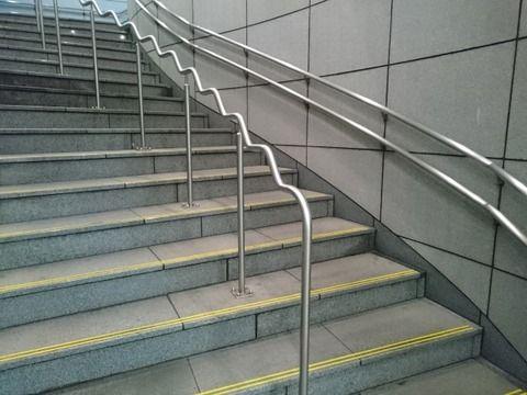 【仰天】駅の階段にとんでもないものが落ちてたんやが…ご覧くださいwwwww(画像あり)