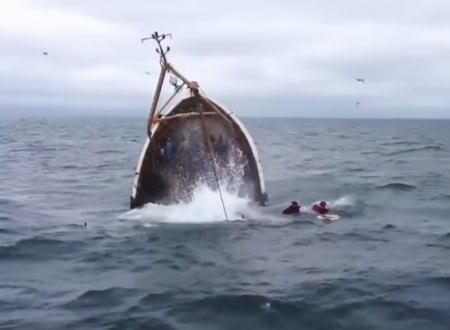 近くに仲間がいて良かった。アイリッシュ海で漁船が沈没する瞬間が撮影される。