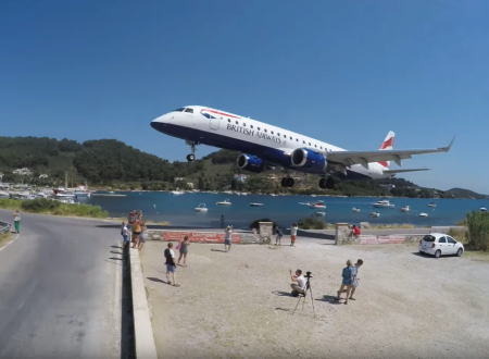 スキアトス空港。旅客機が道路ギリギリまで迫って着陸してくる空港がギリシャにもあった。