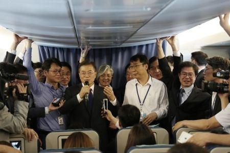 機長如きが俺様に命令するな!的な事?朝鮮人の鏡だな ~ 乱気流でも立ったまま…米国行き専用機内で記者懇談会続けた文大統領 機長「お座りください」