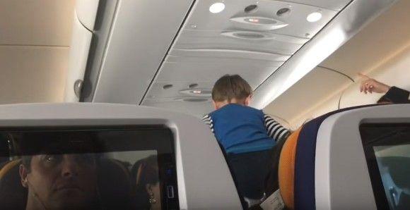 8時間のフライト中、機内で叫び続けやりたい放題の男の子。ほとんど注意をしない母親(音声注意)