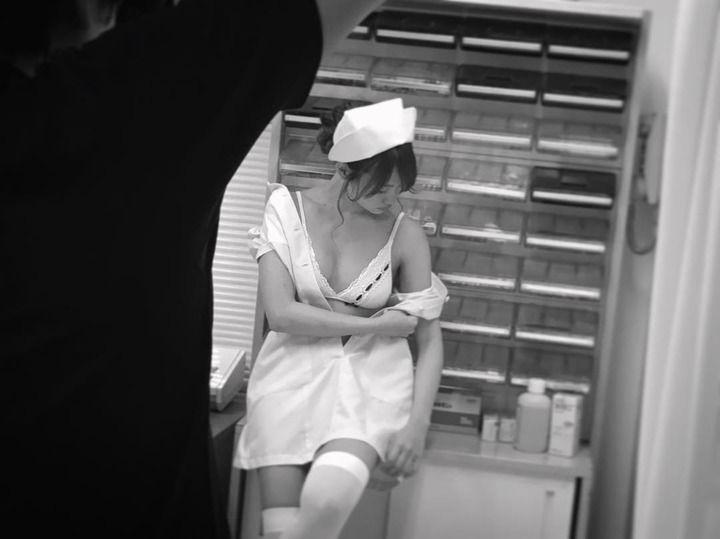 【画像あり】永尾まりや、ナース服で美バストあらわ 過激ショットに反響殺到「やばい、鼻血出そう」
