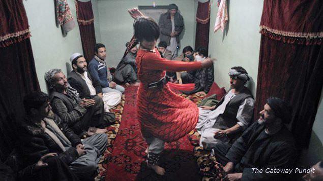 アフガン人「かわいい男の子に女装させて踊らせたろ!」