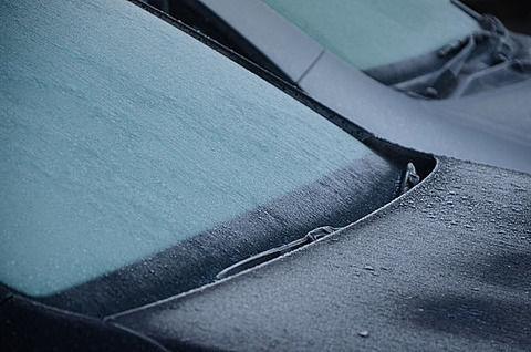 【悲報】凍ったフロントガラスにお湯をかけた後に運転した結果…とんでもない事が起きた…