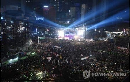 【韓国】さよなら2017年 大みそかにソウルで恒例の「除夜の鐘突き」 市民代表で元慰安婦のイ・ヨンスさんも参加