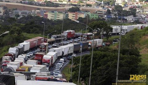 トラック運転手道路封鎖1
