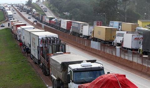 トラック運転手道路封鎖
