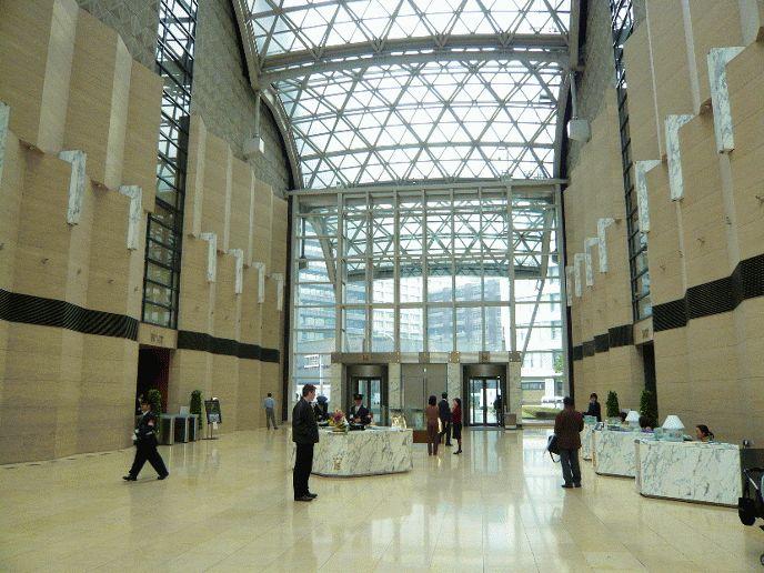 あゆみトラストグループの新オフィス・大手町ファーストスクエアは、JR東京駅や東京メトロ大手町駅に直結しています。