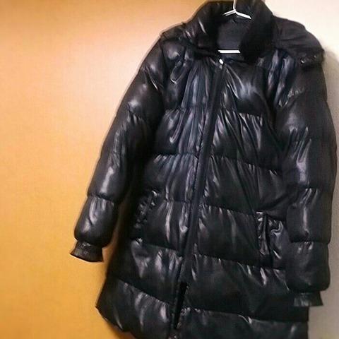 洋服の断捨離:黒いテカテカダウンコート1