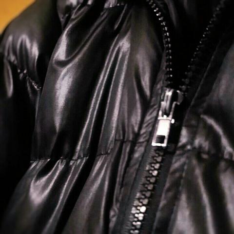 洋服の断捨離:黒いテカテカダウンコート3