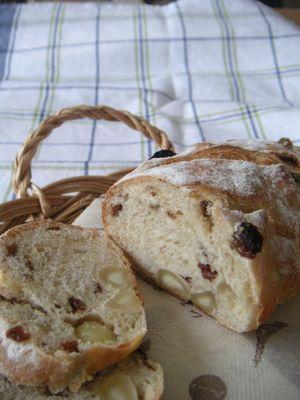 マカダミアとレーズンのパン