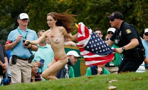 オハイオおっぱいゴルフ大会に、星条旗を持った全裸女子