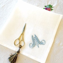 イニシャル刺繍のハンカチ