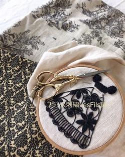 透かし刺繍のブラックドレス