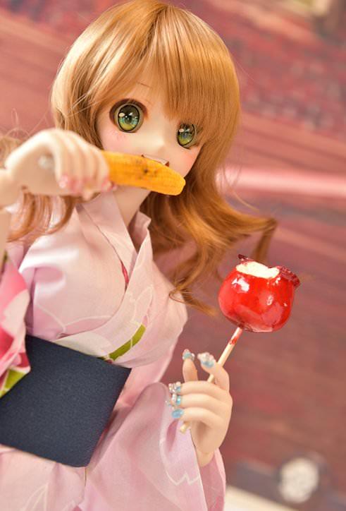 【画像】女子高生が祭りで食べ歩きしてるwwwwwwwww