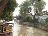 運河と遊覧船