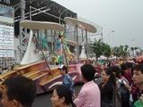 日本産業館前のパレード
