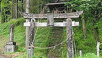 乙姫神社(菊池市) - ナマズに助けられた姫が大鯰を抱く石像、近くには湧き水や水神木