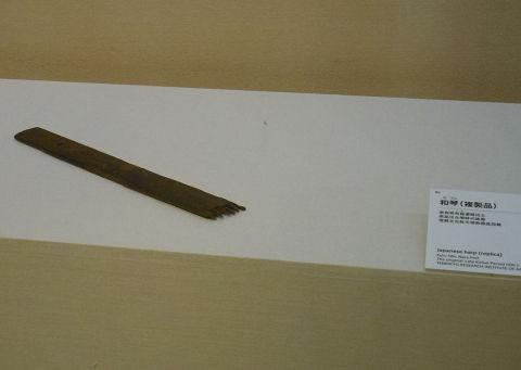 和琴(複製品) - オオクニヌシがスサノヲの元から脱出しようとした時に大きな音を出したのも、琴【大古事記展】のキャプチャー