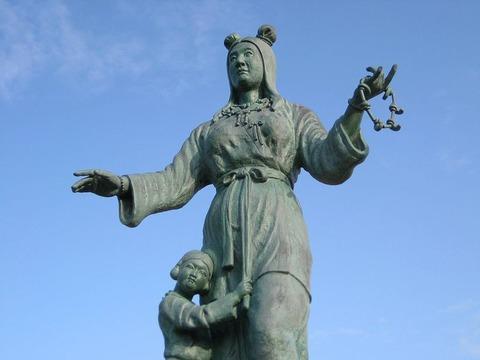 800px-Nunakawahime_and_Tateminakatanomikoto_statue-Wikipedia