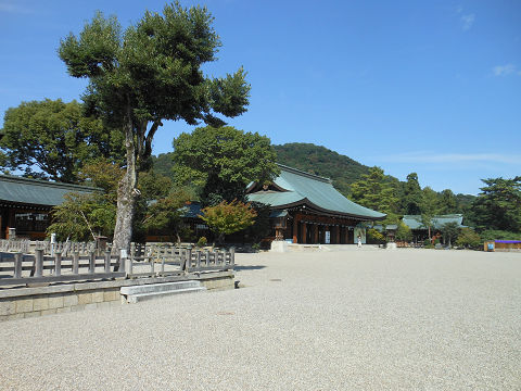 橿原神宮の外拝殿 後ろの山が畝傍山 - ぶっちゃけ古事記