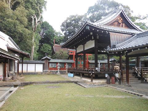 氷室神社(奈良)の拝殿・舞殿、左手から。奥に本殿も - ぶっちゃけ古事記