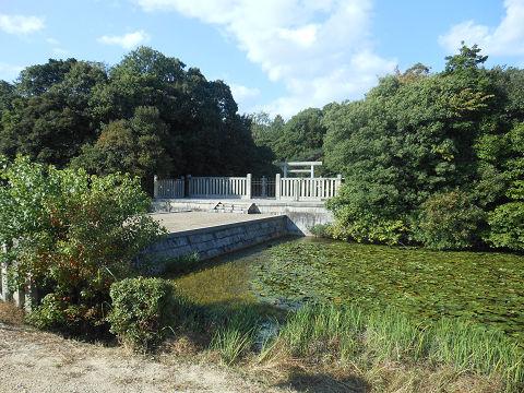 磐之媛命陵「平城坂上陵」、つまりイワノの陵墓であるヒシアゲ古墳、遠くから拝所を望む - ぶっちゃけ古事記