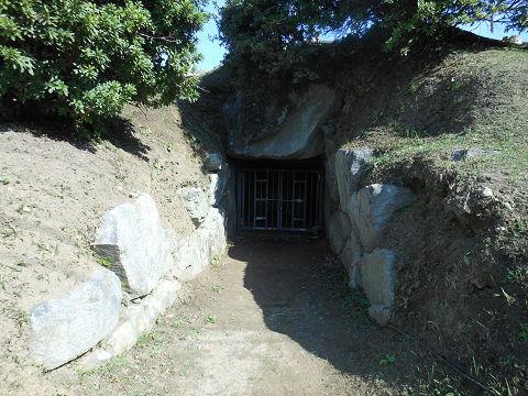 都塚古墳の石室入口1 - ぶっちゃけ古事記