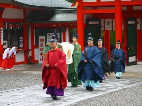 勅祭社の近江神宮で天皇陛下の勅使を迎えて例祭、宮中からの供え物が本殿に納められるのキャプチャー