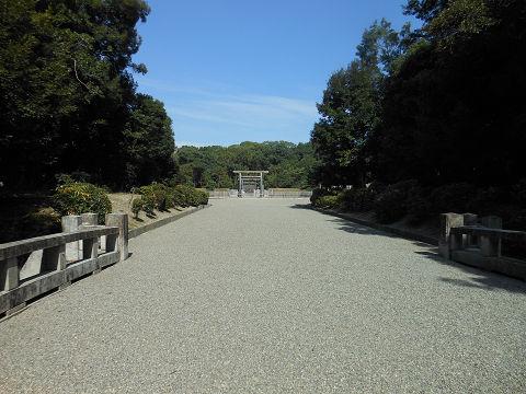 神武天皇陵の参道にかかる橋の手前から拝所を望む - ぶっちゃけ古事記