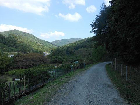 山辺の道(山の辺の道) 檜原神社から景行天皇陵までの途中、大和の青垣の看板近くの風景 - ぶっちゃけ古事記