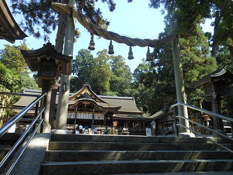 大神神社、拝殿前の階段下から - ぶっちゃけ古事記