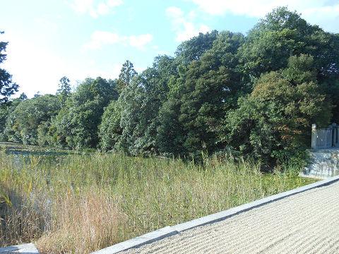 磐之媛命陵「平城坂上陵」、つまりイワノの陵墓であるヒシアゲ古墳の拝所に向かって左側の堀と陵墓本体を望む - ぶっちゃけ古事記