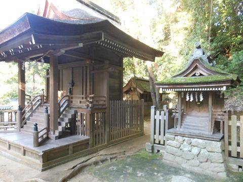 石上神宮の摂社・出雲建雄神社(左) - ぶっちゃけ古事記