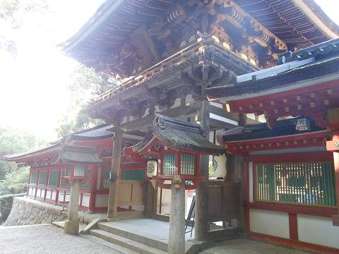 石上神宮の楼門(重要文化財)と回廊、奥側より - ぶっちゃけ古事記