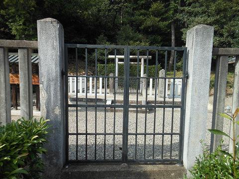 大山守命墓「那羅山墓」の拝所、鉄扉で厳重に管理されている