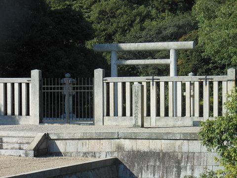 磐之媛命陵「平城坂上陵」、つまりイワノの陵墓であるヒシアゲ古墳の拝所 - ぶっちゃけ古事記